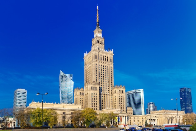 Дворец культуры и науки в центре города варшавы, польша.