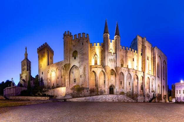 教皇庁、かつては要塞と宮殿、ヨーロッパで最大かつ最も重要な中世のゴシック様式の建物の1つ、夜、フランス、アヴィニョン