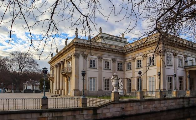 春のワルシャワポーランドの王立浴場公園のワジェンキ宮殿