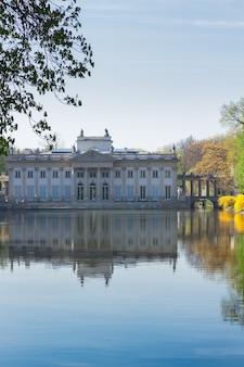 ワルシャワ、ポーランド、水に映るワジェンキ公園の水上の宮殿
