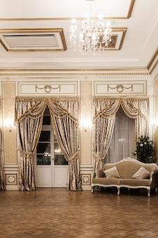 궁전 방. 고전적인 스타일의 럭셔리 왕실 인테리어