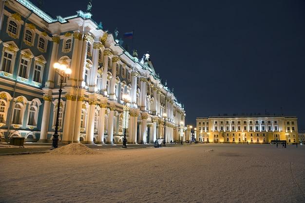 サンクトペテルブルクの冬の夜のイルミネーション付きの宮殿広場とエルミタージュ美術館。