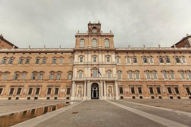 이탈리아 모데나에 있는 두칼레 궁전. 역사적인 이탈리아 도시인 모데나의 eglish ducal 궁전에서.