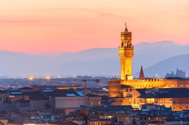 Палаццо веккьо на закате во флоренции, италия
