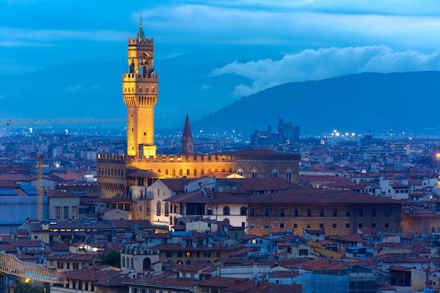 Дворец веккио в сумерках во флоренции, италия