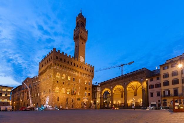밤에 조명이 켜진 베키오 궁전(palazzo vecchio), 피렌체, 투스카니, 이탈리아