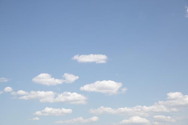 Бледно-голубое небо с облаками - естественный фон