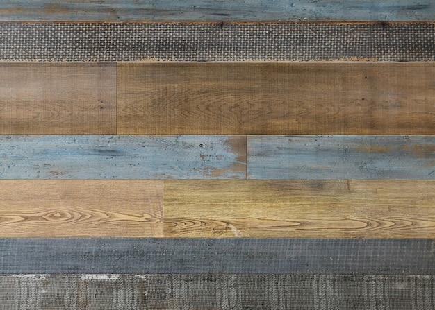 옅은 퇴색 된 갈색과 시원한 청색 재생 목재 표면
