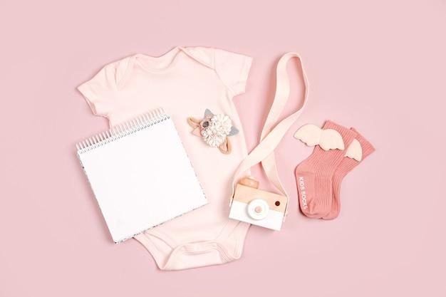 모의 카드가 있는 옅은 분홍색의 귀여운 아기 바디수트. 아동복 및 액세서리 세트입니다. 패션 신생아입니다. 평평한 평지, 평면도
