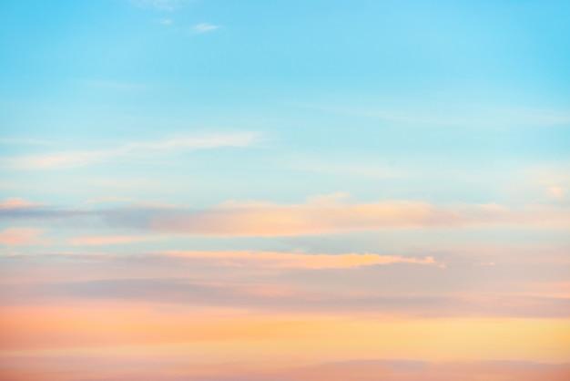 Бледное закатное небо с розовыми, оранжевыми и красными цветами. естественный фон