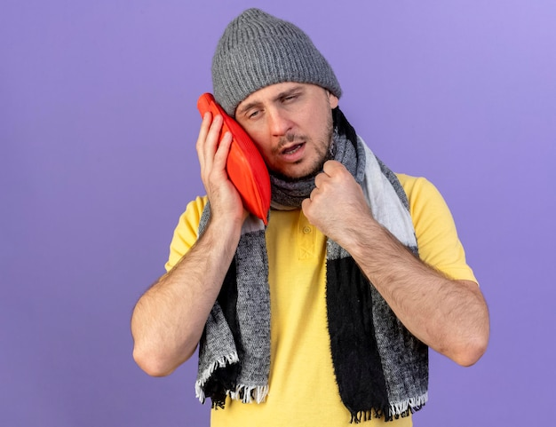 Pallido giovane biondo malato uomo slavo indossando sciarpa e cappello invernale