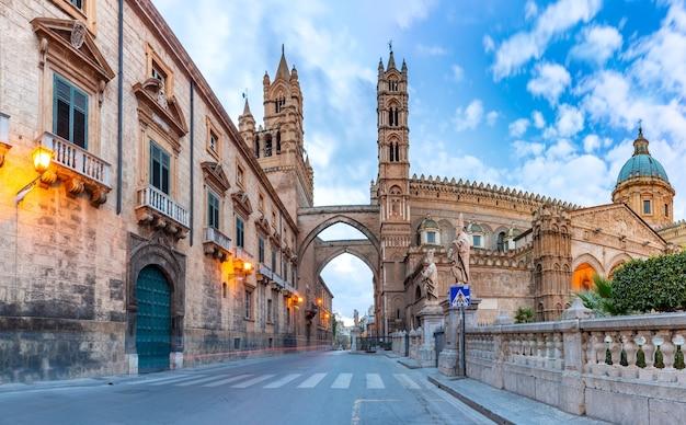 Собор палермо, соединенный аркадами с дворцом архиепископов в палермо утром, сицилия, италия