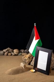Bandiera palestinese con cornice sulla superficie scura