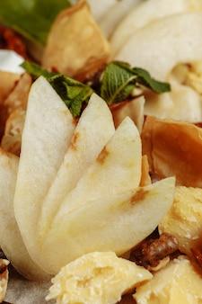 多くの種類のチーズといくつかのブドウ、オリーブのパレット