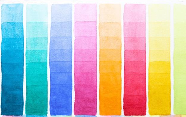 Палитра оттенков акварели разных цветов, нарисованных на белой бумаге
