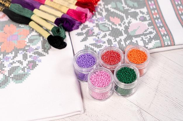 糸の色のパレット。刺し編み趣味の糸
