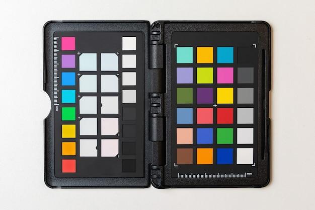 色とホワイトバランスを調整するためのパレットまたはカラーチェッカーのキャリブレーション分離