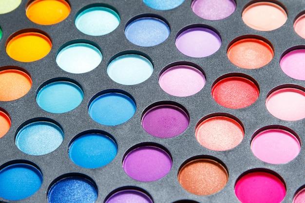 Палитра с разноцветными тенями для век