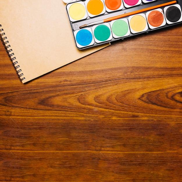 テーブルにノートブックがあるパレット