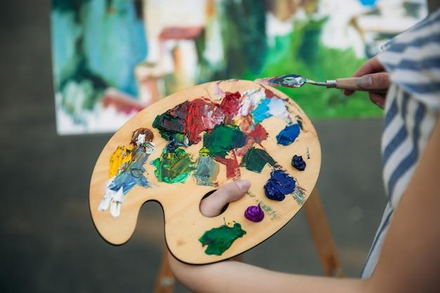 絵の具とヘラのパレット。絵を描く。