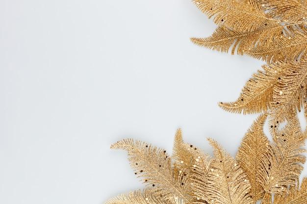 青にヤシの金箔。ヤシの葉、フラットレイと上面図。