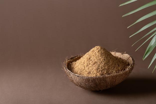 Пальмовый или кокосовый сахар на коричневой бумаге