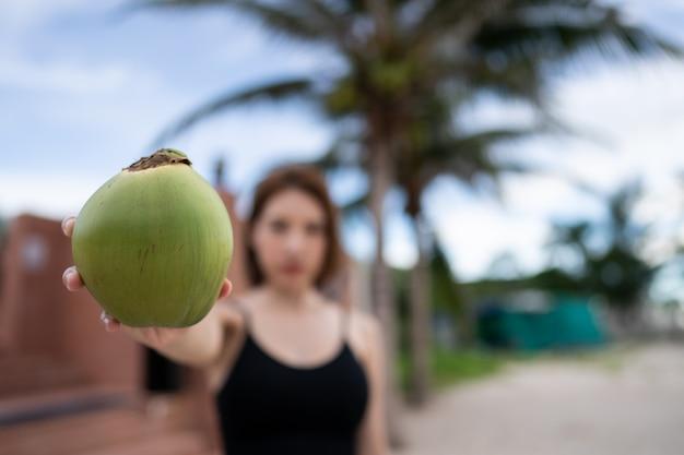 熟したココナッツとヤシの木、ヤシの木にココナッツの束。