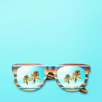 Пальмы и горы отражаются в солнцезащитных очках с разноцветной деревянной рамкой на синей поверхности.