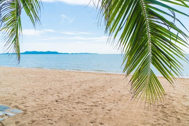 Palm e spiaggia tropicale a pattaya in thailandia