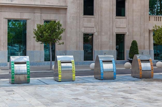 Пальма-де-майорка, испания, мусорные баки четырех видов на фоне здания