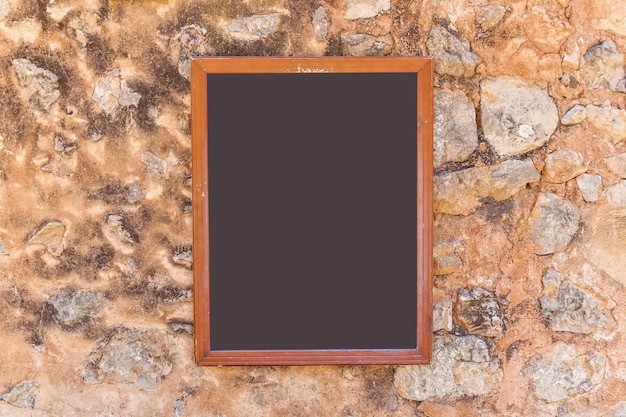 Пальма-де-майорка, испания, меню, висящее на каменной стене. доска меню.