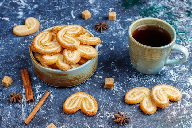 Palmier слоеное тесто. вкусные французские более нежные печенья с сахаром, вид сверху.