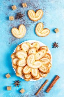 Слоеное тесто palmier. вкусное французское печенье с сахаром, вид сверху.