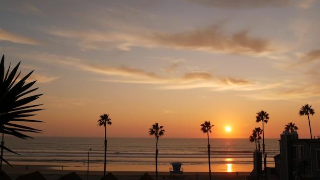 야자수와 일몰 하늘, 캘리포니아 미학. 로스앤젤레스 분위기. 인명 구조원 망루, 감시탑 오두막