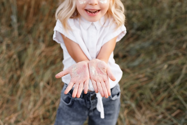 小さな女の子の手のひらのクローズアップ