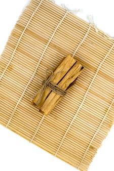 아로마테라피 액세서리와 함께 대나무 매트에 palo santo 나무 막대기