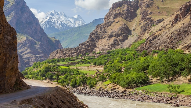 パミールハイウェイ-タジキスタンの山の中の道