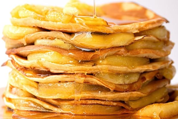 캐러멜 처리 된 사과와 꿀을 곁들인 팬케이크