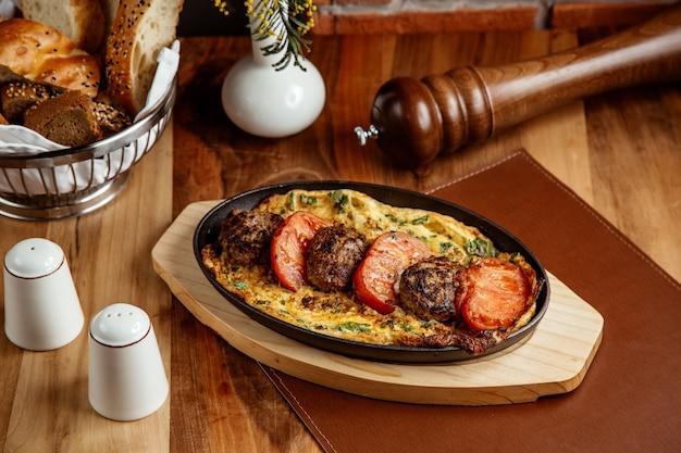 卵トマトの側面図とパンカツレツ
