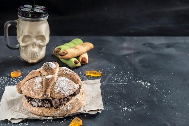 Pan de muerto with chocolate