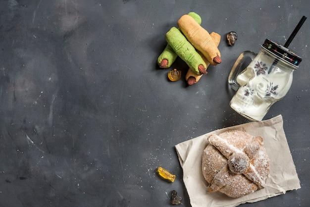 전형적인 멕시코 음식을 제공하는 pan de muerto