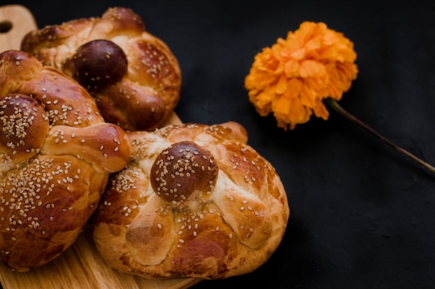 Pan de muerto мексика, мексиканский сладкий хлеб во время празднования дня мертвых