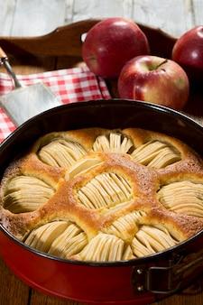 Жареный хлеб с фруктами на деревянном столе