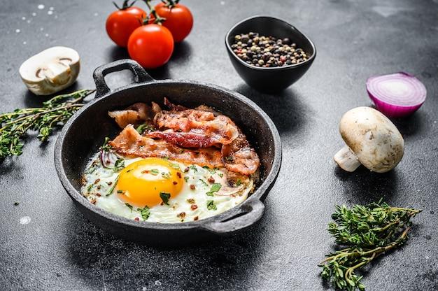 Сковорода яичница с беконом и свежими помидорами