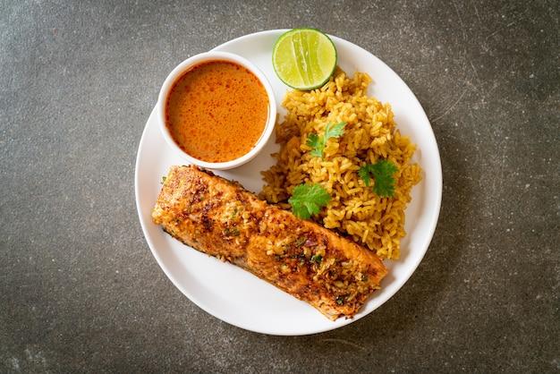 Тандыр из обжаренного лосося с рисом масала. мусульманский стиль еды