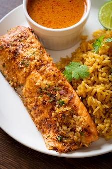 마살라 쌀과 함께 구운 연어 탄두리 팬-이슬람 음식 스타일