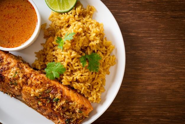 마살라 쌀을 곁들인 팬 그을린 연어 탄두리 - 이슬람 음식 스타일
