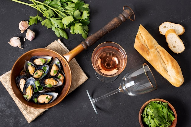 Pan with mussels and parsley