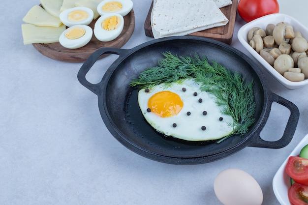 オムレツとゆで卵、チーズ、トマト、マッシュルームをパンします。