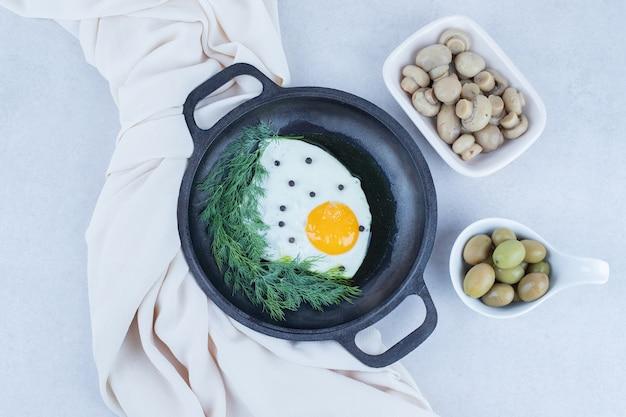 Сковорода с омлетом и грибами, оливковое